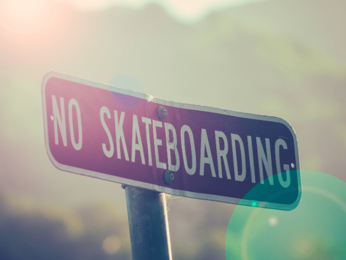 A sign saying that skateboard is not allowed